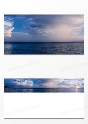 平静的海滩上飘着美丽的云彩图片